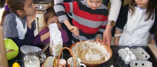 Великденски курабии с брашно от лимец и естествено боядисани яйца